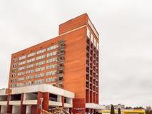 Visaginas Litauen - 12 Februari 2018: Dagvintersikten sköt av rivning av det Aukstaitija hotellet Royaltyfria Foton
