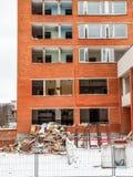 Visaginas Litauen - 12 Februari 2018: Dagvintersikten sköt av rivning av det Aukstaitija hotellet Arkivbilder