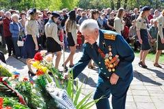 VISAGINAS LITAUEN - MAJ 09, 2011: En veteran av det stora patriotiska andra v?rldskriget i rangen av ?versten i likformig med ord fotografering för bildbyråer