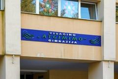 Visaginas Litauen am 1. Oktober 2018: visagino atgimimo gimnazija Logo auf Wandgebäude in der Stadtmitte lizenzfreie stockbilder