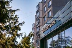 Visaginas Lituânia 1º de outubro de 2018: Logotipo do birza de Darbo na construção verde da parede no centro de cidade imagem de stock royalty free