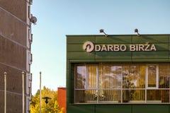 Visaginas Lituânia 1º de outubro de 2018: Logotipo do birza de Darbo na construção verde da parede no centro de cidade imagens de stock