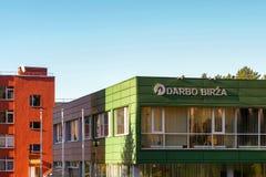 Visaginas Lituânia 1º de outubro de 2018: Logotipo do birza de Darbo na construção verde da parede no centro de cidade fotografia de stock royalty free