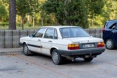 VISAGINAS, LITUÂNIA - 23 DE SETEMBRO DE 2017: Veículo velho do carro de Audi 80 em Lituânia, cidade de Visaginas fotos de stock royalty free