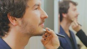 Visagist applique la base sur le visage de metteur en scène banque de vidéos