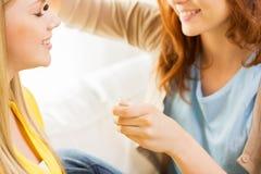 Visagist de la mujer que aplica el eyeshade por el cepillo del maquillaje Imagenes de archivo
