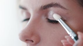 Visagist dipinge gli occhi con ombretto una ragazza video d archivio