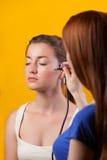 Visagist que hace maquillaje Fotografía de archivo libre de regalías