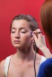 Visagist que hace maquillaje Imagen de archivo