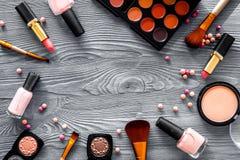 Visagiste与米黄和裸体口气装饰化妆用品的工作表在木背景顶视图大模型设置了 免版税图库摄影