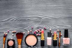 Visagiste与米黄和裸体口气装饰化妆用品的工作表在木背景顶视图大模型设置了 库存图片