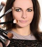 Visagiste femenino con los cepillos foto de archivo