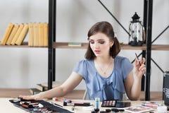 Visagiste professionnel choisissant la brosse pour le maquillage photo libre de droits