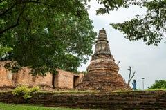 Visakabucha走在老塔附近的天妇女在Wat Khun Inthapramun, Angthong,泰国 免版税库存图片