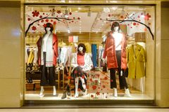Visande fönster för modeboutique med skyltdockor royaltyfri foto