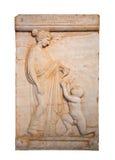 Visar den allvarliga stelen för marmor en flicka som erbjuder en fågel till en naken pojke Arkivbilder