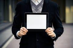visar den digitala mannen för den blanka affären tableten Royaltyfri Foto