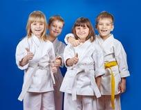Visar gladlynt idrottsman fyra i karategi det toppna fingret Fotografering för Bildbyråer