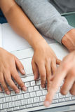 visar höga bärbar datordeltagare för händer att fungera Royaltyfri Foto