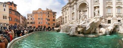 visar panorama- rome för den berömda springbrunnen trevi Arkivbild