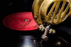 Visare och ett huvud av en gammal antik raritetgrammofon som göras av ye royaltyfri bild