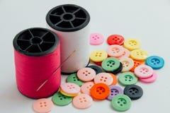 Visaren med trådrullen av tråden och knappar, syr instrumentet Fotografering för Bildbyråer