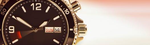 Visartavlan av armbandsuret med ett rörande begagnat symbolisera körningen av tid royaltyfri foto