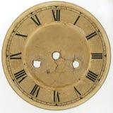 Visartavlan av den gamla klockan med romerska tal och utan pilar, med hål för mekanismen och tangenterna av växten och översättni Arkivbilder