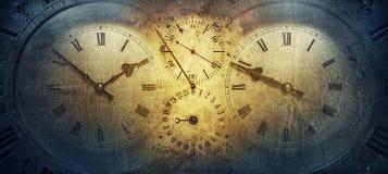 Visartavlorna av de gamla antika klassiska klockorna på en tappningpappersbakgrund Begrepp av tid, historia, vetenskap, minne, in fotografering för bildbyråer