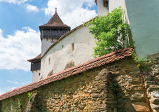 Visciri fortificou a igreja em Romênia fotos de stock