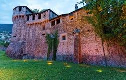 Visconteo slott av centret i Locarno av Ticino Schweiz, i aftonen royaltyfri fotografi