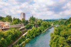 Visconti slott och Adda flod i den Trezzo sull'Addaen royaltyfria bilder