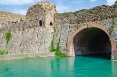 Viscontibrug die van Valeggio sul Mincio in Borghetto overgaan over royalty-vrije stock foto's