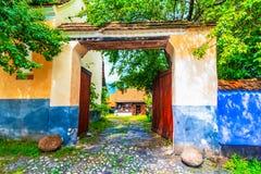 Viscri, Brasov, Румыния: Дом покрашенный синью традиционный от Vis стоковое изображение rf