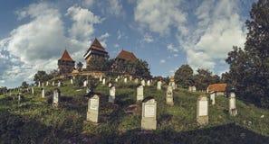 Viscri a enrichi l'église et le cimetière, Roumanie Photographie stock libre de droits