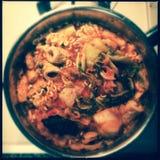 Viscroquetjes en kimchi met noedels stock fotografie