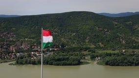 VISEGRAD, HONGARIJE - AUGUSTUS 12, 2017: - Hongaarse vlag die in de wind golven stock video