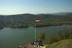 Visegrad, Ungarn - 4 22 2019: Aussichtsplattform über der Donau in Visegrad-Schloss Leute passen Draufsicht über Fluss auf und lizenzfreie stockfotos