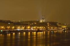 Visegrad (Vyšehrad) slott i den Prague staden på natten Arkivfoton