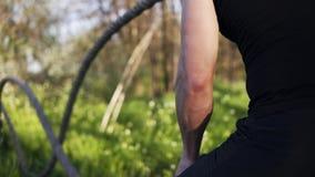 Viser la longueur d'un mâle arme les cordes de ondulation de bataille Crossfit formation Le printemps… a monté des feuilles, fond banque de vidéos
