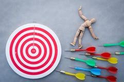 Viser pour un chiffre en bois de cible essayant de frapper de hauts WI d'une cible Photographie stock libre de droits