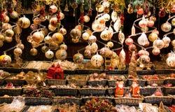 Viseur traditionnel de décorations de boules de Noël, ornemental accrochants, cru et motifs chrétiens photo stock