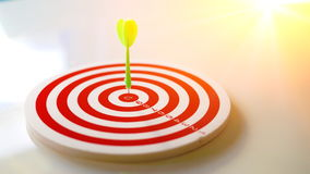 Visez le dard avec la flèche au-dessus du fond en bois, fond abstrait au concept de commercialisation ciblée Photographie stock libre de droits