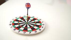 Visez le dard avec la flèche au-dessus du fond en bois, fond abstrait au concept de commercialisation ciblée Image stock