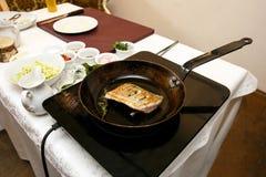 Visfilet in de pan wordt gebraden die stock foto