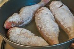 Visfilet het koken op gebraden gerechtpan, voedselvoorbereiding Royalty-vrije Stock Foto's
