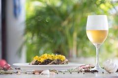 Visfiletbarramundi met mango en witte wijn stock afbeelding