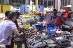 Vishandelaar het verkopen vissen bij ochtend natte markt Royalty-vrije Stock Fotografie