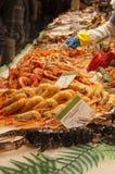 Vishandelaarbox met verse zeevruchten en vissen Stock Afbeelding