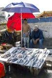 Vishandelaren aan het werk bij de bezige vissershaven van Essaouira in Marokko Stock Foto's